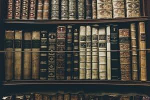 Bogreol med gamle bøger