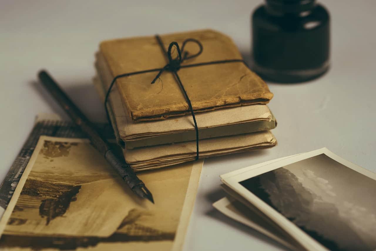 Arkivalier: Gamle bøger, en blyant og 2 tidsskrifter.